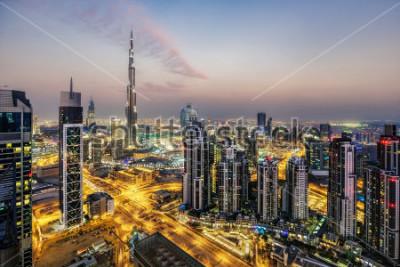 Fotomural Vista aérea fantástica de Dubai, Emirados Árabes Unidos, não por sol. Arquitetura futurista de uma grande cidade moderna em luz dramática. Horizonte noturno colorido. Fundo de viagens.