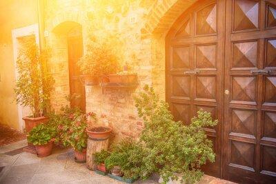 Fotomural Vista da cidade européia velha antiga. Rua de Pienza, Italy com portas de madeira. Fundo ensolarado do curso.