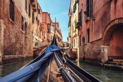 Fotomural Vista da gôndola durante a viagem através dos canais de Veneza i