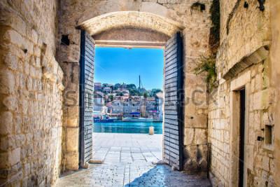 Fotomural Vista da porta da cidade na cidade mediterrânea velha Trogir, Croácia Europa. / Portão da cidade Trogir. Foco seletivo.