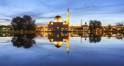 Fotomural Vista e reflexão da hora azul da mesquita de Assalam. A imagem tem grão ou blurry ou ruído e foco macio quando vista na definição cheia. (DOF raso, borrão de movimento leve)