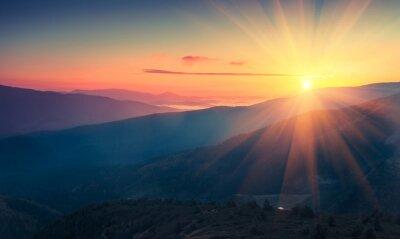 Fotomural Vista panorâmica do nascer do sol colorido nas montanhas. Imagem filtrada: efeito processado cruzado do vintage.