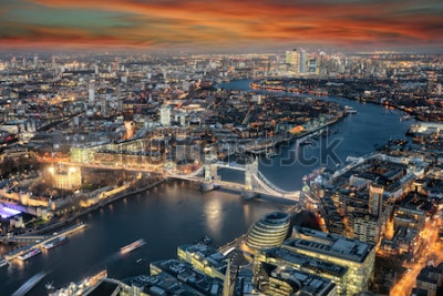 Fotomural Vista panorâmica para o horizonte de Londres: da Tower Bridge ao longo do rio Tâmisa para o distrito de Canary Wharf durante o pôr do sol