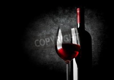 Fotomural Wineglass de vinho tinto sobre um fundo preto