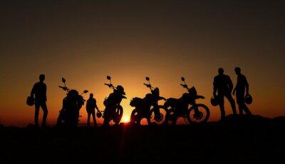 Fotomural gündoğumu izleyen motorcular
