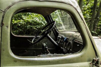 Fotomural Zil 157. Carro velho do russo levando a árvore de difícil acesso cantos das florestas de montanha.