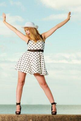 Poster A menina retro bonita do estilo na polca pontilhou o vestido.