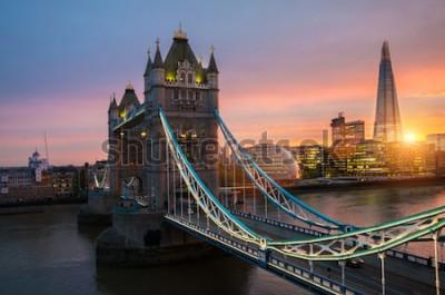 Poster A ponte da torre de Londres ao pôr do sol em uma noite de verão ensolarado - tiro contra o céu azul claro para o sol brilhante