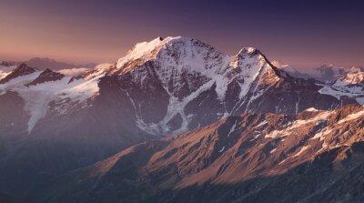 Poster Alta montanha no tempo da manhã. Paisagem natural bonita.