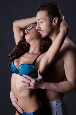 Poster Amantes apaixonados seminuas abraçando no estúdio