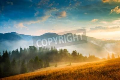 Poster Amazing montanha paisagem com nevoeiro e um palheiro
