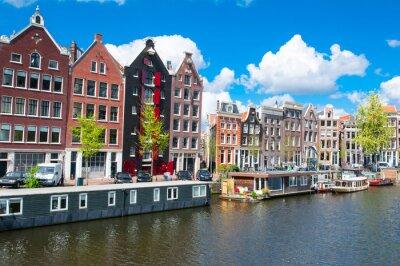 Poster Arquitectura da cidade de Amesterdão tradicional com casas de apartamento na cidade para baixo. Holanda.
