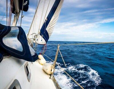 Poster As velas brancas de iates no fundo do mar e do céu, nas nuvens