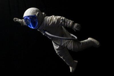 Poster astronauta em missão espacial no escuro e no espaço