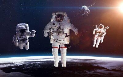 Poster Astronauta no espaço exterior de encontro ao contexto do planeta terra. Elementos desta imagem fornecidos pela NASA