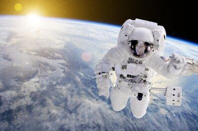 Poster Astronauta no espaço, no fundo nossa terra e o sol - os elementos desta imagem fornecidos pela NASA