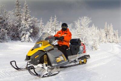 Poster Atleta em um snowmobile.