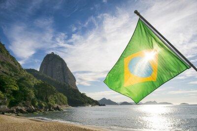Poster Bandeira brasileira em Praia Vermelha Praia vermelha com uma vista do nascer do sol da montanha de Pão de Açúcar Pao de Acucar no Rio de Janeiro Brasil