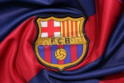Poster BANGKOK, TAILÂNDIA AGOSTO 30, 2015: o logotipo do clube de futebol Barcelona em uma camisa oficial em 30 de agosto de 2015 em Banguecoque, Tailândia.