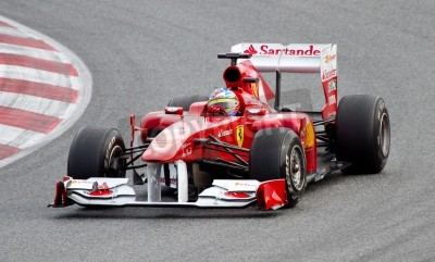 Poster BARCELONA, ESPANHA - 18 de fevereiro de 2011: Fernando Alonso da equipe de Ferrari dirigindo seu carro F1 durante Formula One Teams dias do teste no circuito de Catalunya.