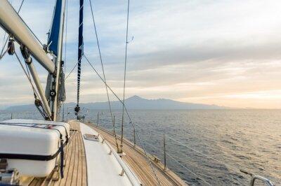 Poster Barco à vela sob o poder em mar calmo