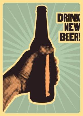 Poster Beba cerveja nova! Cartaz tipográfico de cerveja estilo vintage. A mão segura uma garrafa de cerveja. Ilustração vetorial retro.