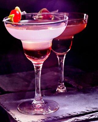 Poster Bebida da romã com a cereja no fundo preto. Cartão Cocktail 90.