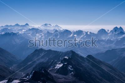Poster Bela neve altiplano paisagem vista da parte superior do elbrus. Montanha do Cáucaso em dia ensolarado. Região de Elbrus, norte do Cáucaso, Rússia
