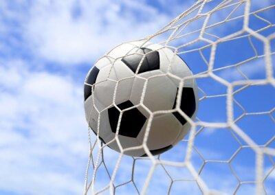 Poster bola de futebol na net no céu azul