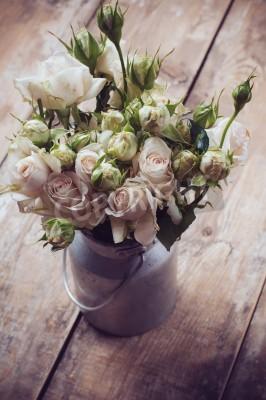 Poster Bouquet de rosas no potenciômetro do metal no fundo de madeira, estilo do vintage