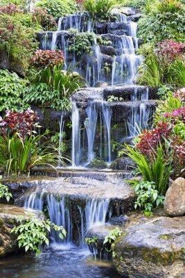 Poster Cachoeira artificial e estátua no jardim