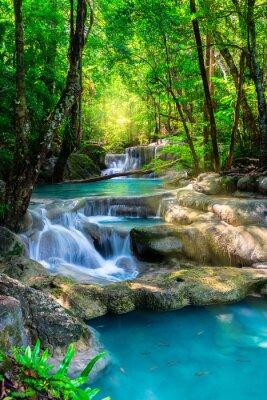 Poster Cachoeira bonita na floresta tropical de Tailândia