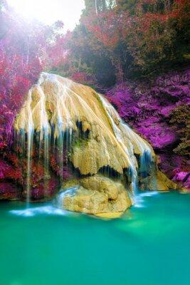 Poster cachoeira maravilhosa com árvore colorida em Tailândia
