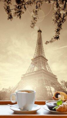 Poster Café com croissants contra Torre Eiffel em Paris, França
