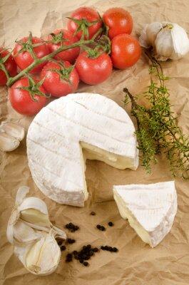 Poster Camembert com alho, pimenta preta, tomate e tomilho em marrom p