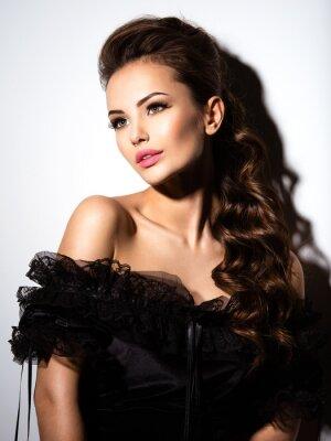 Poster Cara bonita de uma menina sexy nova no vestido preto