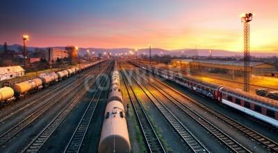 Poster Carga freigt estação de trem de ferro no crepúsculo