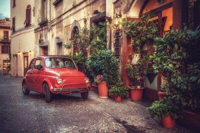 Poster Carro de culto do vintage velho estacionado na rua ao lado do restaurante, em