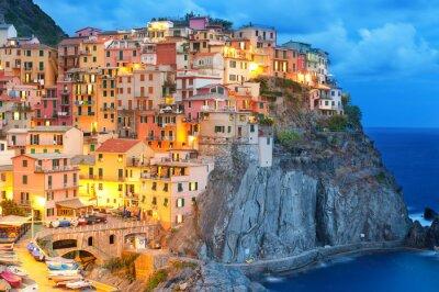 Poster Casas coloridas na noite em Manarola, Cinque Terre Itália.