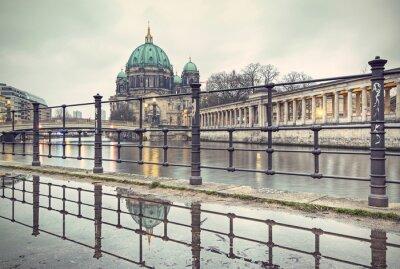 Poster Catedral de Berlim (Berliner Dom) e Ilha dos Museus (Museumsinsel) refletida na poça, Berlim, Alemanha, Europa, estilo vintage filtrada