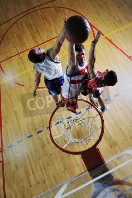 Poster Cencept concorrência com as pessoas que jogam e que o exercício do esporte de basquete no ginásio da escola