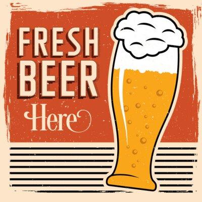 Poster Cerveja fresca aqui poster com vidro da cerveja, da pia batismal do vintage e da sujeira na parte superior.