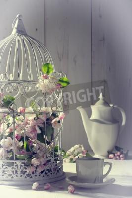 Poster Chá da tarde do vintage com gaiola cheia com flor da mola