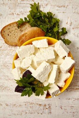 Poster comida saudável. Queijo cottage e pão em um fundo de madeira branca