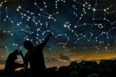 Poster Conceito astrologia. Constelações no céu nocturno. Silhuetas dos astrólogos de observação da constelação do zodíaco.