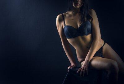 Poster Corpo perfeito da mulher no fundo preto