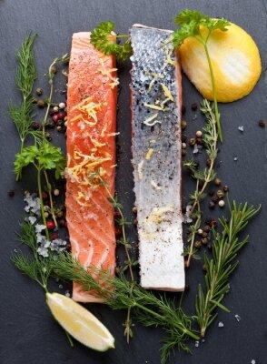 Poster Deliciosa porção de filé de salmão fresco com ervas aromáticas, especiarias e vegetais - alimentação saudável, dieta ou conceito de culinária