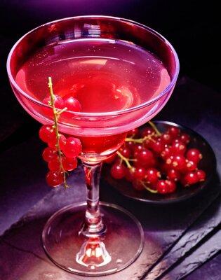 Poster Descrição da foto: Filial da passa de Corinto vermelha da decoração do cocktail da romã no fundo preto. Cartão Cocktail 85.