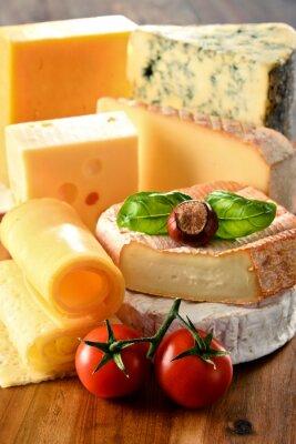 Poster Diferentes tipos de queijo na mesa da cozinha
