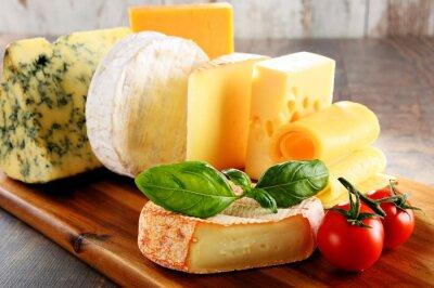 Poster Diferentes tipos de queijo na tabela de cozinha